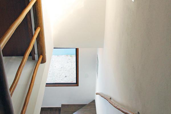 Casa-pequena-e-espacosa-escada-RAC-Arquitetura