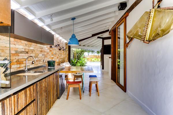reforma-abre-casa-na-praia-do-camburizinho-para-o-mar-e-integra-ambientes-10