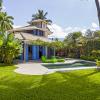 reforma-abre-casa-na-praia-do-camburizinho-para-o-mar-e-integra-ambientes