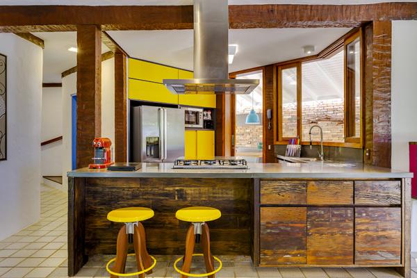 reforma-abre-casa-na-praia-do-camburizinho-para-o-mar-e-integra-ambientes-6